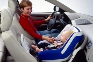 Перевозить ребенка в автомобиле на переднем сиденье