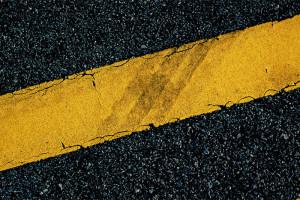 Желтая разметка на дороге